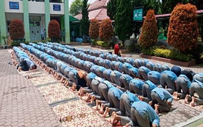 Shalat Dzuhur Berjamaah di SMAN 5 Bukittinggi, Tanamkan Pendidikan Karakter dan Kedisiplinan
